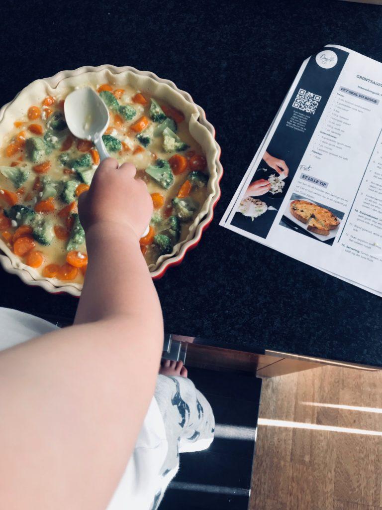 Børnene hjælper til med madlavningen